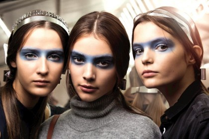 Something blue: το ανοιξιάτικο χρώμα του μακιγιάζ που τολμά να προκαλέσει