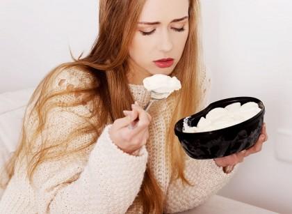 Γιατί όταν είμαστε στεναχωρημένοι, το «ρίχνουμε» στο φαγητό;