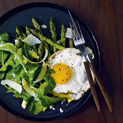 Σαλάτα με σπαράγγια και τηγανητά αυγά