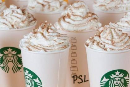 Καλωσορίζουμε το φθινόπωρο παρέα με τo Pumpkin Spice Latte από τα Starbucks!
