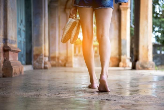 Γιατί είναι καλό να περπατάμε στο σπίτι με γυμνά πόδια