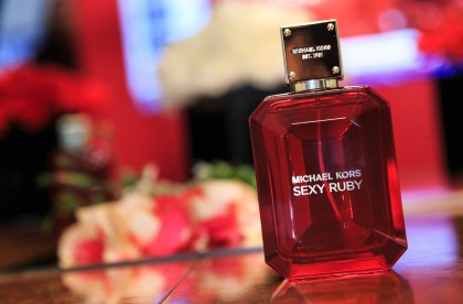 To άρωμα Sexy Ruby του Michael Kors κατέφθασε με τρόπο λαμπερό και θεαματικό