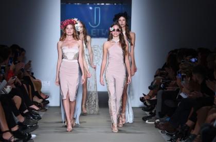 Η πρώτη συλλογή μόδας της Τζουλιέττας Αθανασίου εμπνέεται από την αρχαία μυθολογία