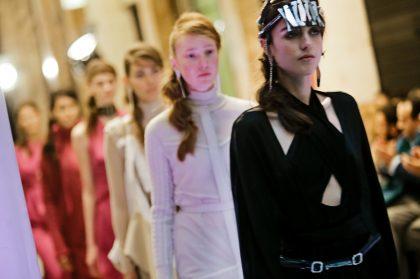 Η νέα συλλογή της Ιωάννας Κουρμπέλα είναι ένας ύμνος στη θηλυκή δύναμη